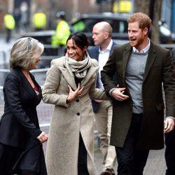 El Príncipe Harry y Meghan Markle, felices y enamorados en su visita a Reprezent FM
