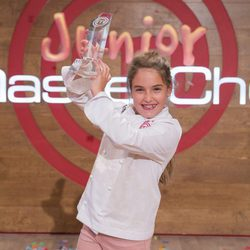 Esther se alza con el trofeo de 'MasterChef Junior 5'