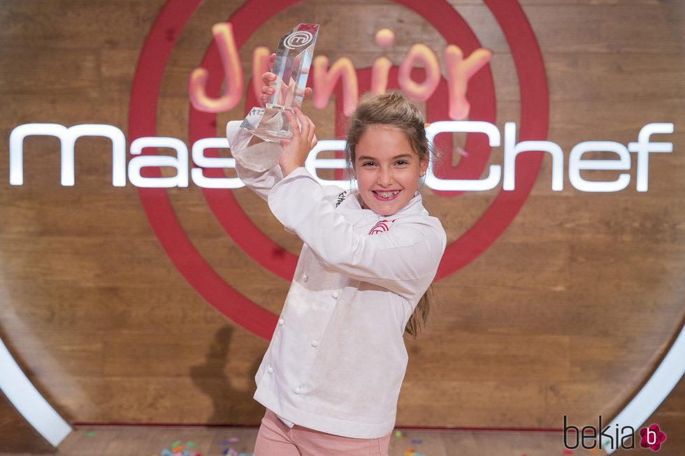 Esther se alza con el trofeo de 'MasterChef Junior 5'
