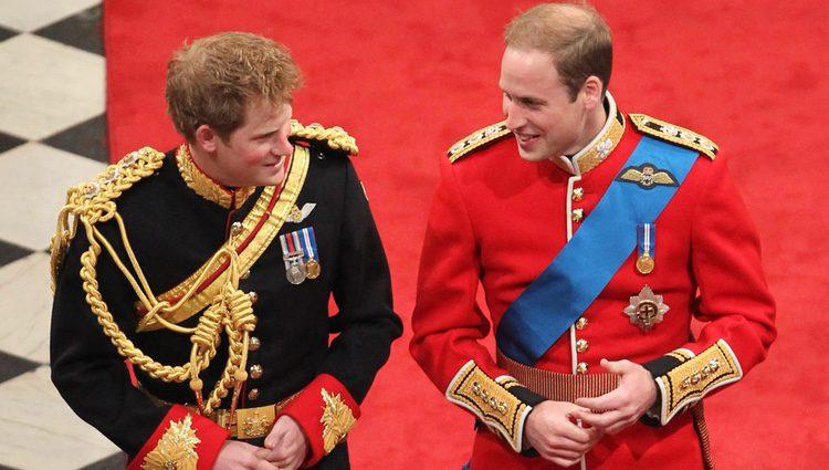 El Príncipe Guillermo junto al Príncipe Harry en su boda con Kate Middleton