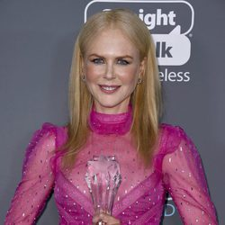 Nicole Kidman con su premio en los Critics' Choice Awards 2018