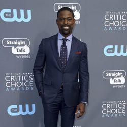 Sterling K. Brown en la alfombra roja de los Critics' Choice Awards 2018