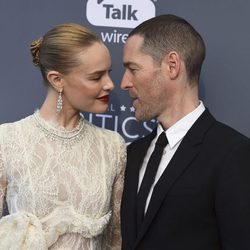 Michael Polish y Kate Bosworth en la alfombra roja de los Critics' Choice Awards 2018