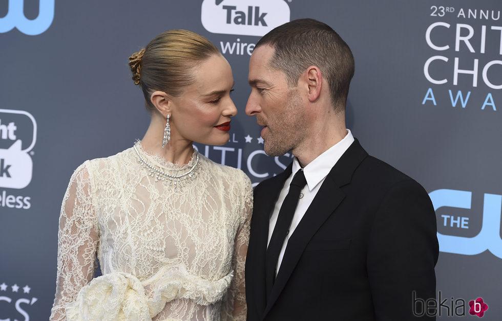 Michael Polish y Kate Bosworth en la alfombra roja de los Critics' Choice Awards 2018