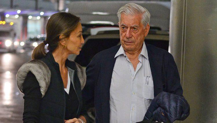 Isabel Preysler y Mario Vargas Llosa charlando en el aeropuerto de Miami tras conocer a los hijos de Enrique Iglesias
