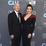 Patrick Stewart y Sunny Ozell en la alfombra roja de los Critics' Choice Awards 2018