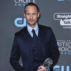 Alexander Skarsgård con su premio en los Critics' Choice Awards 2018