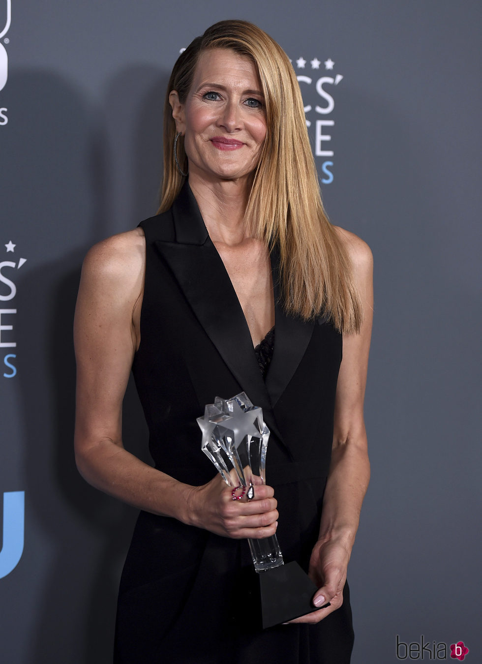 Laura Dern con su premio en los Critics' Choice Awards 2018