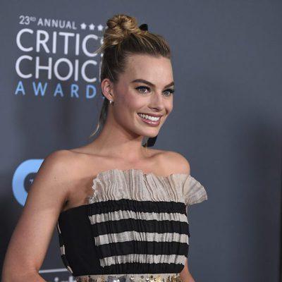 Margot Robbie con su premio en los Critics' Choice Awards 2018