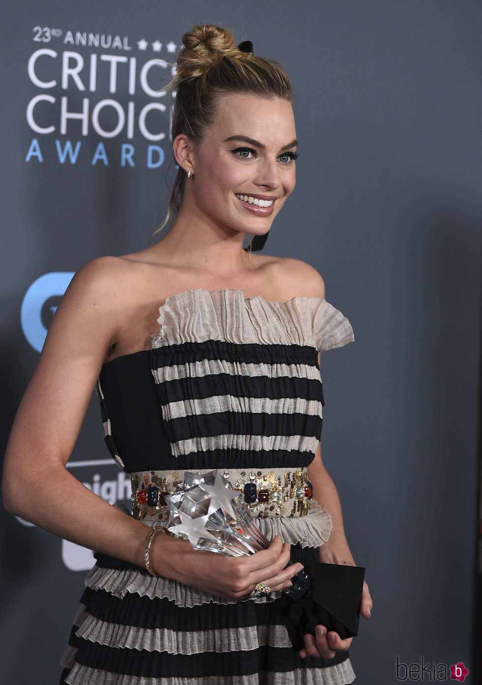 Margot Robbie con su premio en los Critics' Choice Awards 2018