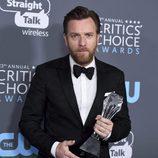 Ewan McGregor con su premio de los Critics' Choice Awards 2018