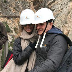 Antonio Banderas y Nicole Kimpel se fotografían en 'El Caminito del Rey'