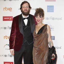 Edu Soto y su mujer en la alfombra roja de los Premios Forqué 2018