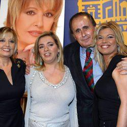 Jaime Peñafiel con María Tersa Campos y sus dos hijas en la presentación del libro 'Mis dos vidas'