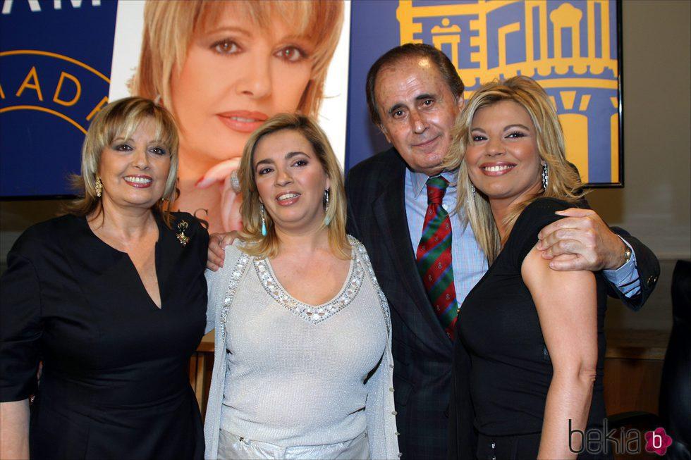 Jaime Peñafiel con María Teresa Campos y sus dos hijas en la presentación del libro 'Mis dos vidas'