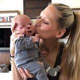 Anna Korunikova con uno de sus mellizos recién nacido