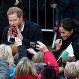 El Príncipe Harry, muy gracioso junto a Meghan Markle en Gales
