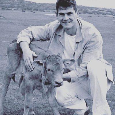 Iker Casillas cuando tenía 20 años al lado de un ternero