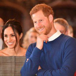 El Príncipe Harry y Meghan Markle, muy sonrientes en el castillo de Cardiff