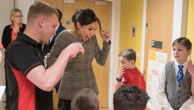 Meghan Markle se asusta al ver jugar a unos niños a la Jenga en Gales