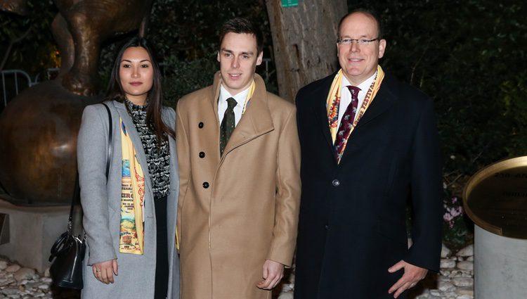 Alberto de Mónaco junto a su sobrino Louis Ducruet y Marie Chevallier en el descubrimiento de una placa