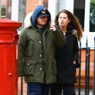 Ed Sheeran dando un paseo con su novia Cherry Seaborn por Londres
