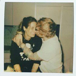 Ed Sheeran dando un beso y un abrazo a su novia Cherry Seaborn