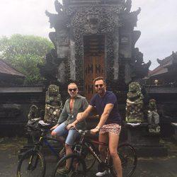 Joaquín Torres y Raúl Prieto en un lugar paradisíaco montados en una bicicleta