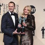 Alexander Skarsgård y Nicole Kidman posando con sus galardones de los SAG 2018