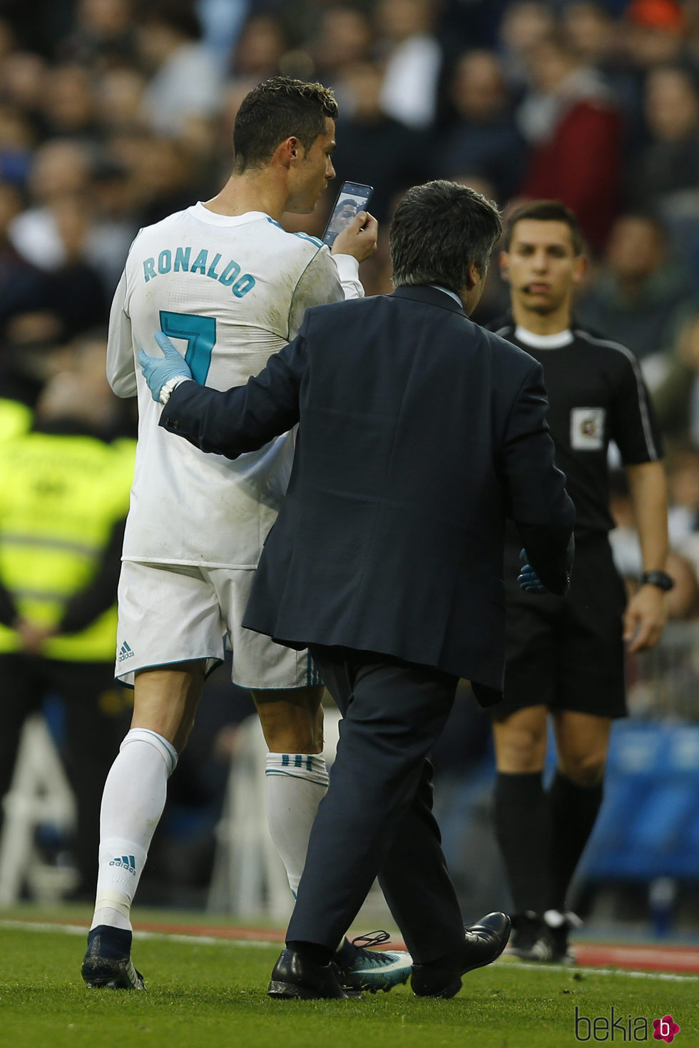 Cristiano Ronaldo mirándose al espejo tras sufrir una patada en la cara