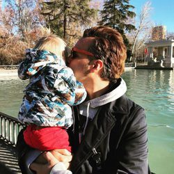 Torito, muy cariñoso con su hijo Nathan junto al estanque del parque de El Retiro