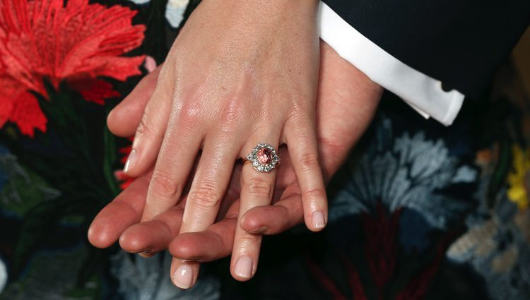 Las manos entrelazadas de la Princesa Eugenia de York y Jack Brooksbank en el anuncio de su compromiso