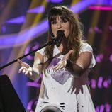 Rozalén cantando en la gala 12 de 'OT 2017' como invitada
