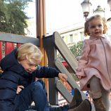Jacques y Gabriella de Mónaco se divierten en un parque
