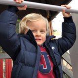 Jacques de Mónaco, muy feliz jugando en un parque
