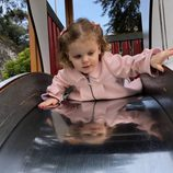 Gabriella de Mónaco se tira por el tobogán en un parque