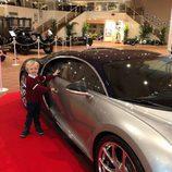 Jacques de Mónaco con un Bugatti en una exposición