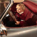 Jacques de Mónaco hace como que conduce en una exposición de coches
