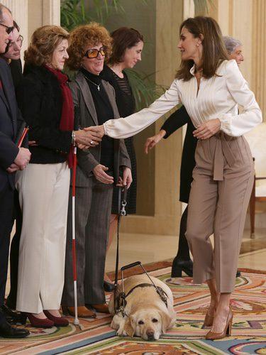 La Reina Letizia saluda a personas sordociegas en La Zarzuela