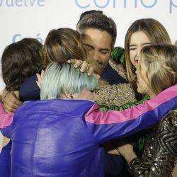 Roberto Leal se abraza con los exconcursantes de 'OT 2017' en la premier de la 19 temporada de 'Cuéntame'