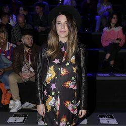Laura Matamoros luciendo embarazo en el desfile de María Escoté en Madrid Fashion Week otoño/invierno 2018/2019
