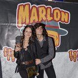 Andrea Molina posando con Juan Fernández tras el concierto de Marlon
