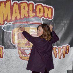 Lydia Bosch posando junto al cartel del concierto de Marlon