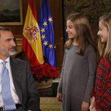 La Princesa Leonor y la Infanta Sofía sonríen al Rey Felipe en la grabación de su discurso de Navidad