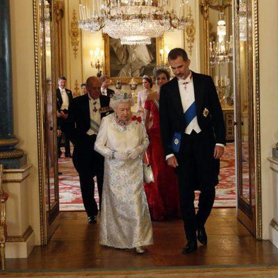 Los Reyes Felipe y Letizia con la Reina Isabel, el Duque de Edimburgo, el Príncipe Harry y Kate Middleton en Buckingham Palace