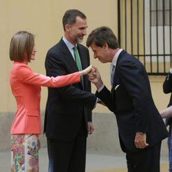 Cayetano Martínez de Irujo saluda a los Reyes Felipe y Letizia