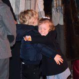 Jacques y Gabriella de Mónaco dándose un tierno abrazo