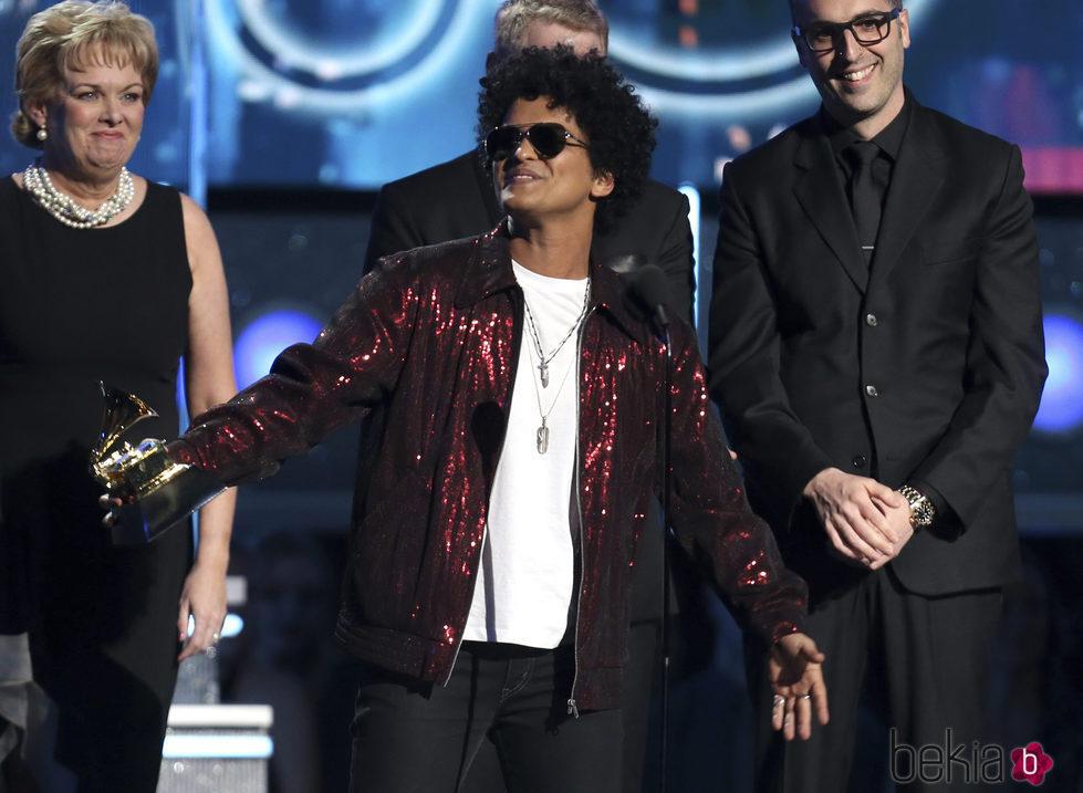Bruno Mars recogiendo uno de sus galardones en los Premios Grammy 2018