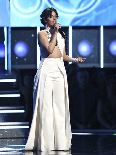Camila Cabello presentando una actuación en los Premios Grammy 2018