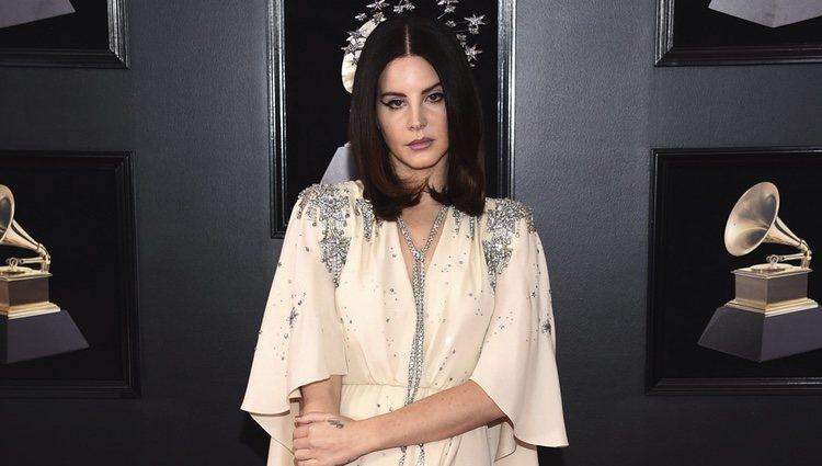 Lana del Rey en la alfombra roja de los Premios Grammy 2018